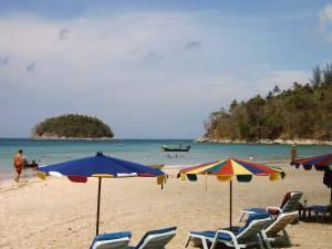 Пляж Ката, на заднем плане виден остров Koh Poo